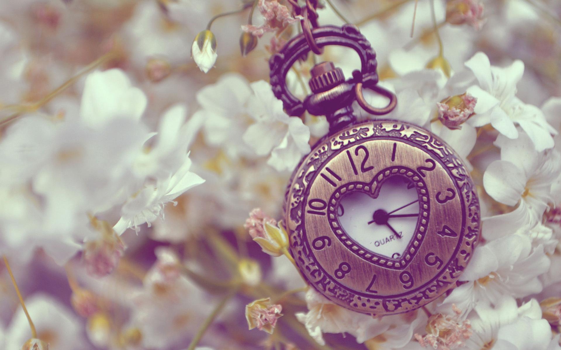Карманные часы на сиреневом фоне без смс
